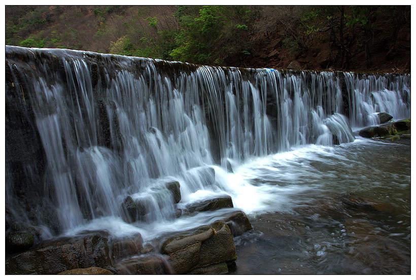 """三潭瀑布位于云南省楚雄州大姚縣,又名雙溝瀑布, 三潭瀑布為古代大姚八景之一,是聞名遐邇的西南第一高瀑布。是一個瀑布群,在不足4公里長的河道內共有33級瀑布,以上游至下游為次序,第一級高19米,一潭水霧迷漫,形態優美;第二級高121米,第三級高82米,二潭、三潭終日水球飛舞,薄霧籠罩,絲雨綿綿、洋洋灑灑、瀑聲盈耳。三級瀑布渾然一體,河水沿斷面飛流而下,勢若千鈞,形成3個深潭,""""三潭""""由此而得名。"""