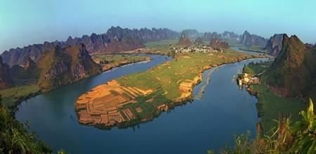 左江,西江水系上游支流郁江的最大支流。古代称斤南水、斤员水,发源于越南与广西交界的枯隆山。上游在越南境内称奇穷河(又叫黎溪),于凭祥市边境平而关进入中国境内后称平而河。流至龙州县城有支流水口河汇入,以下称左江。东流至龙州县上金,有明江汇入。龙州至上金段又称丽江。
