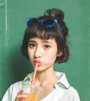 甜美的空气刘海搭配稍微内卷的齐耳短发,再扎上一个俏皮的小马尾图片