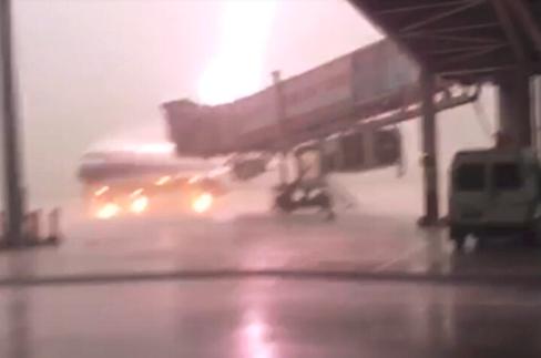 广东揭阳机场客机被雷电击中