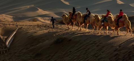 大漠孤烟,声声驼铃,古老的丝绸之路以这样经典的镜头,定格在历史的