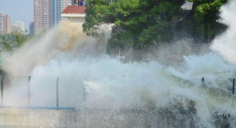 钱塘江大潮之勇猛 潮涌瞬间吞没珊瑚沙路段