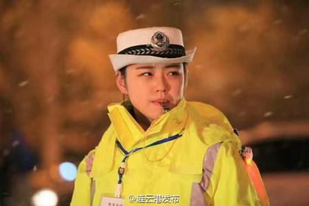 连云港最美女交警 雪中指挥迷离眼神成为网红